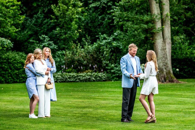 De koninklijke familie poseert in de tuin van paleis Huis ten Bosch in Den Haag. Beeld Raymond Rutting / de Volkskrant
