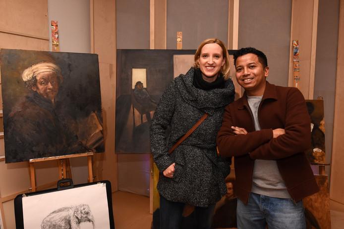 Karin Eppink en schilder Ruben Lopulalan.