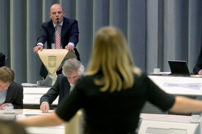 Zijn SP-lijsttrekker Elfrink en PvdA-aanvoerder Louwers, hier met elkaar in debat in de gemeenteraad van Arnhem, er de komende vier jaar ook weer bij? De kiezer beslist dat woensdag 21 maart. Daaraan vooraf organiseert de Gelderlander een verkiezingsavond met deze en veertien andere lijstttrekkers. Archieffoto: Gerard Burgers