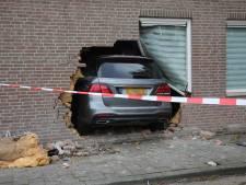 Automobilist rijdt dwars door gevel van Emmauskerk in Bergen op Zoom: 'Dit had veel erger af kunnen lopen'