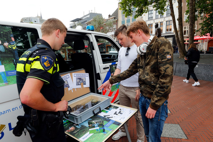 Het publiek in Eindhoven krijgt de kans om een echt wapen te onderscheiden van een nepwapen. Pepijn de Vree (midden) en Hajo  Krijger (rechts) wagen een poging.