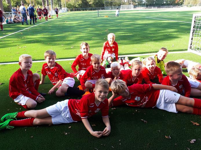 Hulzense Boys is blij dat het nieuwe kunstgrasveld op sportpark Smidserve eindelijk goed bespeelbaar is.