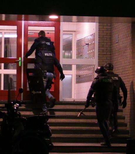 Inval door arrestatieteam in Enschedese flat, persoon meegenomen