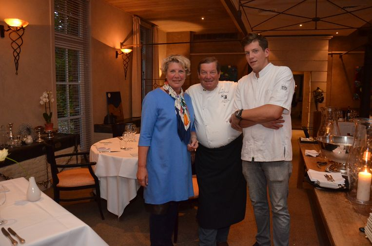 Chef-kok Philippe Vanheule (midden) met echtgenote Marita en zoon Thomas in restaurant Hof Ter Eycken, in betere tijden.