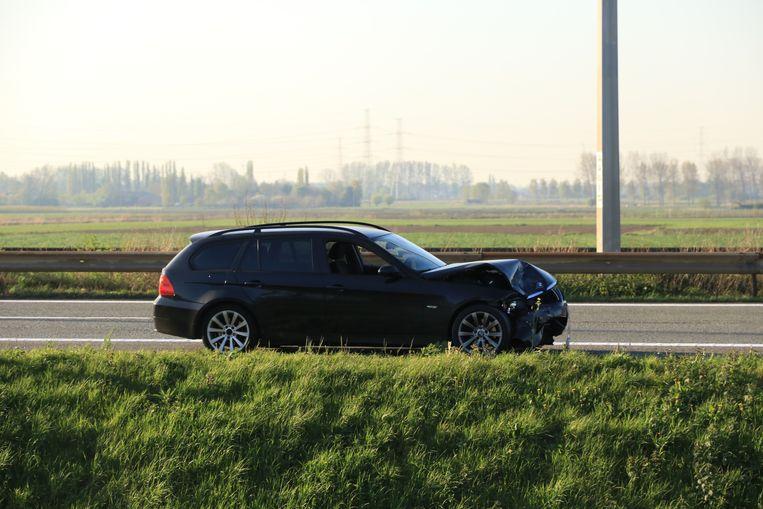 De chauffeur van de zwaar gehavende BMW liet zijn wagen een kilometer verder achter en sloeg te voet op de vlucht.