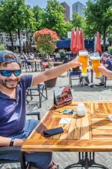 Haagse terrasgasten vieren terugkeer naar 'het oude normaal': 'Ik ben zo blij dat we weer mogen!'