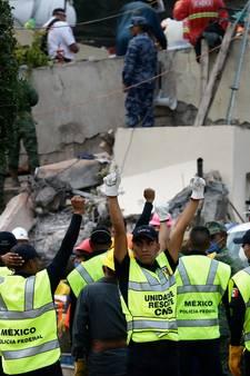 Reddingswerkers dicht bij redding 12-jarig Mexicaans schoolmeisje