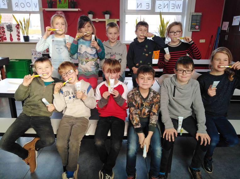 De leerlingen van de Schatkist in Eernegem leren op een juiste manier hun tanden poetsen tijdens een actie van de CM