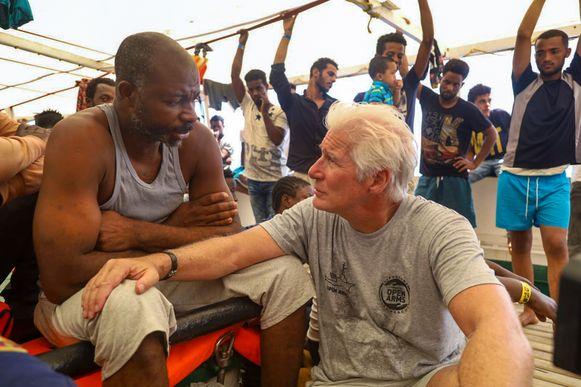 Richard Gere bezocht gisteren het schip van de Spaanse ngo Open Arms en sprak met enkele geredde migranten.