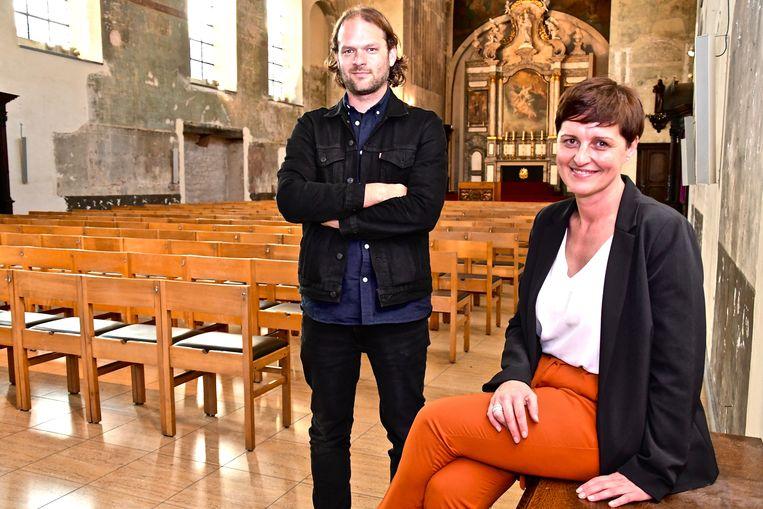 Schepen van Cultuur en Kerkfabrieken Griet Vanryckegem en Chiel Vandenberghe van CC de Steiger in de Sint-Franciskuskerk.