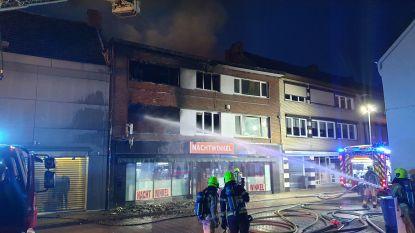 Saneringsfirma ruimt asbestpartikels op rijbaan op, twee weken na brand in Veldstraat