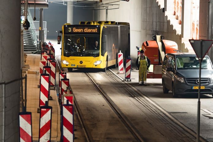 Werkzaamheden in het stationsgebied voor de Uithoflijn. Waar staat de peperdure trap van 1,9 miljoen euro?