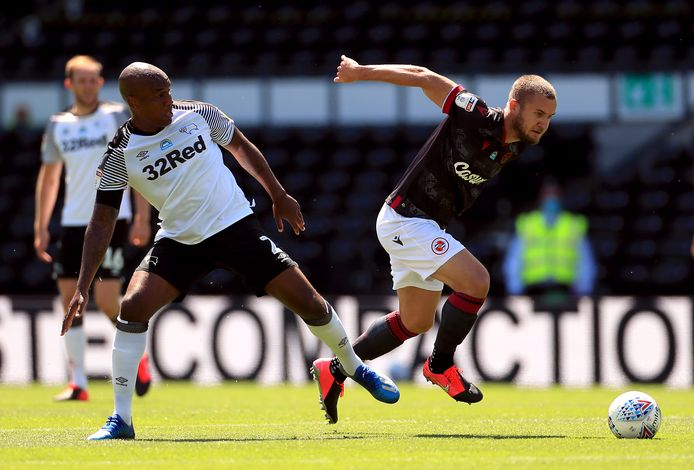 Andre Wisdom (l) in duels met Reading-speler George Puscas.