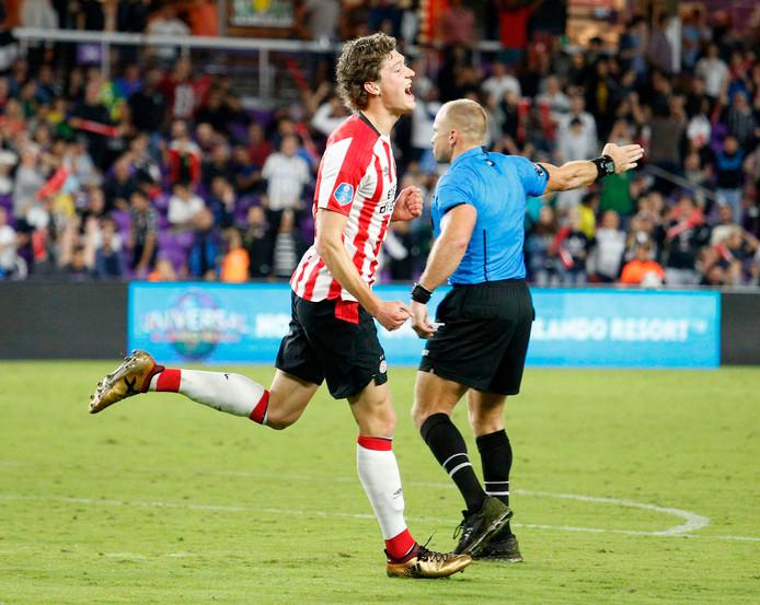 Sam Lammers scoort voor PSV tegen Corinthians: 1-1.