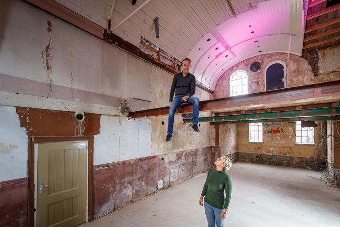 Alko en Annemarie Tolner in het Prins Mauritshuis. Bij de verbouwing van het restaurant is het plafond weggebroken en zijn de muren en de zolder van de  voormalige kerk blootgelegd.