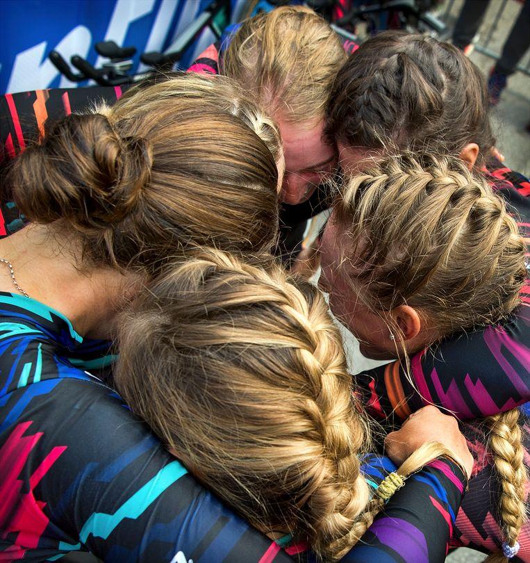 De rensters van Canyon Sram Racing vieren de overwinning bij de ploegentijdrit voor vrouwen. Beeld Klaas Jan van der Weij / de Volkskrant
