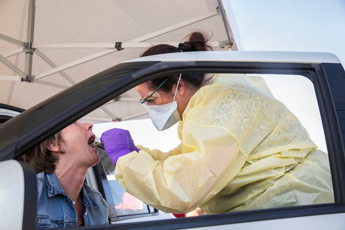 Zorgpersoneel met klachten kan zich dankzij een zogenoemde keelneustest laten onderzoeken op het coronavirus bij Veiligheidscentrum Spinel in Dordrecht.