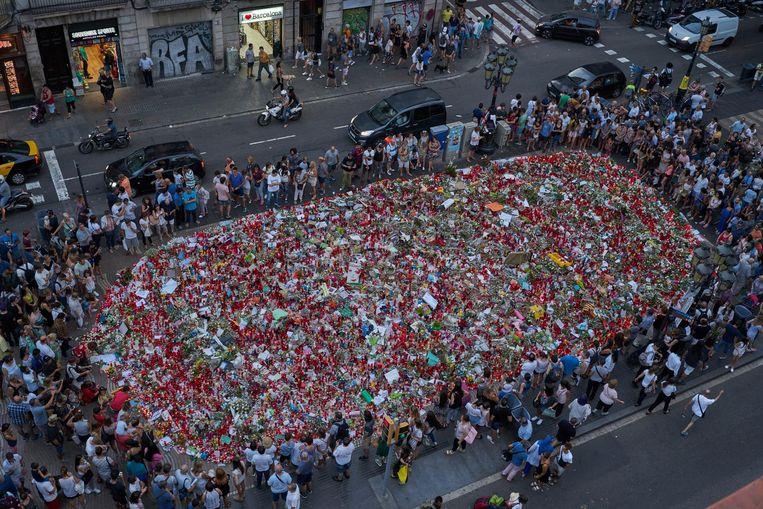De bloemenzee op de Ramblas. No tinc por ('Ik ben niet bang') is het motto van de protestmars die zaterdag om 18 uur begint in Barcelona. Beeld Samuel Aranda
