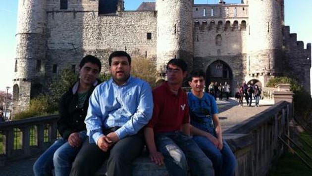Aref, l'Afghan renvoyé dans son pays par la Belgique, à droite sur la photo