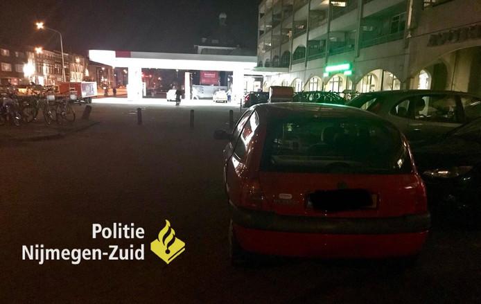 Een man en een vrouw zijn aangehouden op de St. Annastraat in Nijmegen omdat ze met te veel alcohol op achter het stuur zaten.