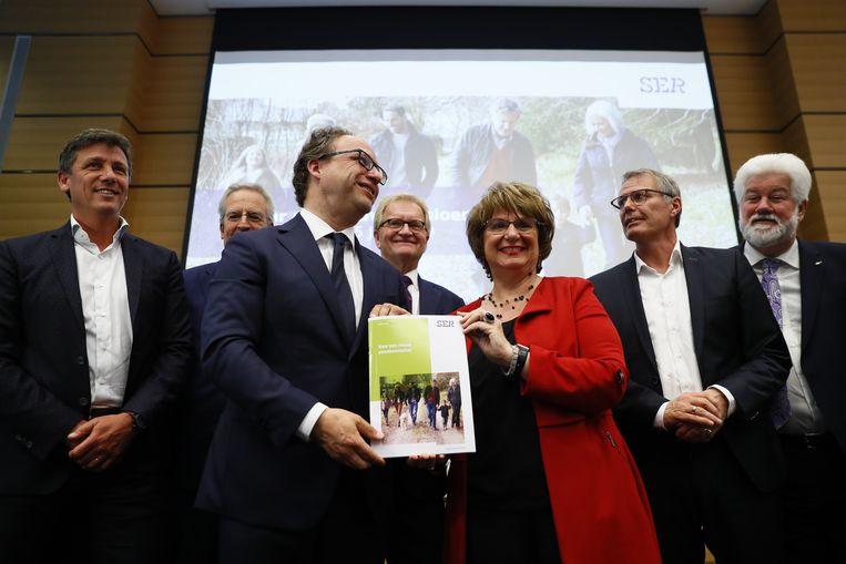 Minister Wouter Koolmees van sociale zaken en Mariette Hamer, voorzitter van de SER presenteerden vorig jaar een principeakkoord over de pensioenen.  Beeld ANP