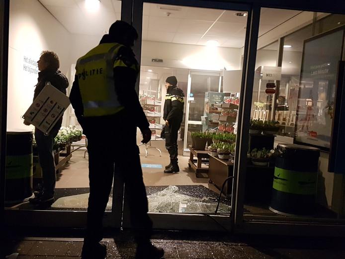 Politie doet onderzoek bij de Albert Heijn in Delden