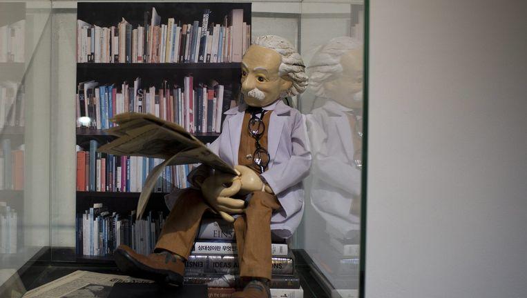 Een beeld van Albert Einstein op de Hewbreeuwse Universiteit, die de 100-jaar oude documenten presenteert waarop de theorie van Einstein wordt bevestigd. Beeld epa