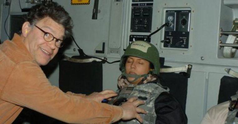 Senator Al Franken betastte de borsten van voormalig Playboymodel Leeann Tweeden toen de twee in 2006 op weg waren naar de Amerikaanse troepen in Afghanistan.