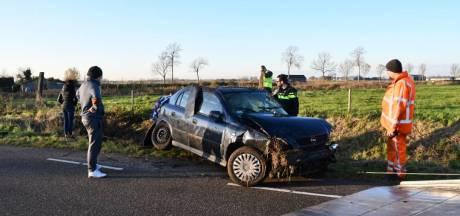 Auto belandt op zijn kop in sloot bij Poortvliet, twee gewonden