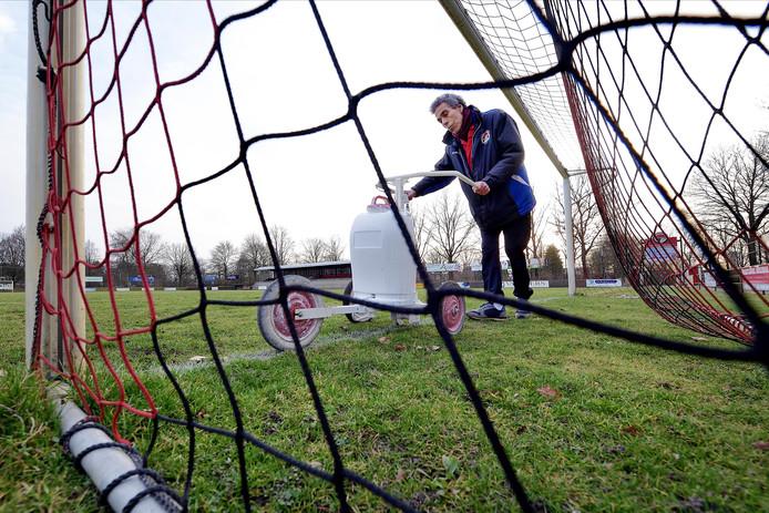 roosendaal - 20171602 - terreinknecht van sportpark vv alliance mohammed auoladali kalkt de lijnen van het veld