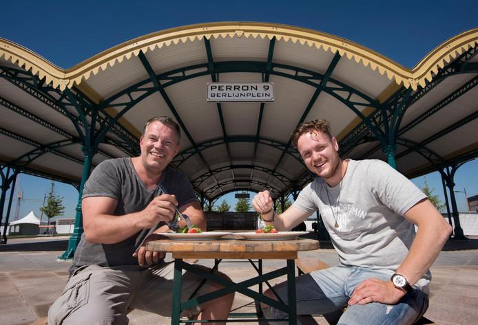Peter Dijkstra en Steven van Duin (r) organiseren Vorkje Prik, dat op het Berlijnplein wordt gehouden.