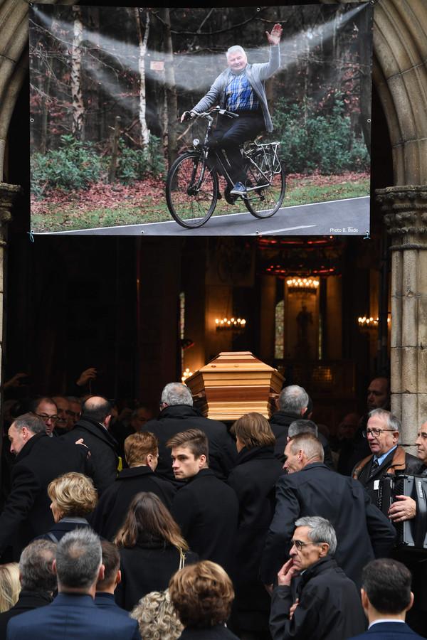 David van der Poel loopt achter de kist van Raymond Poulidor de kerk in Saint-Leonard-de-Noblat binnen.