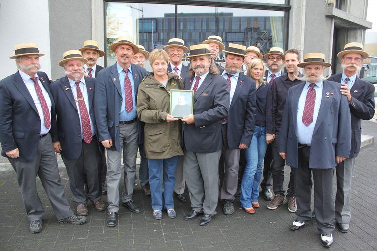 De leden van de Antwerpse Snorrenclub met de echtgenote van Roland.