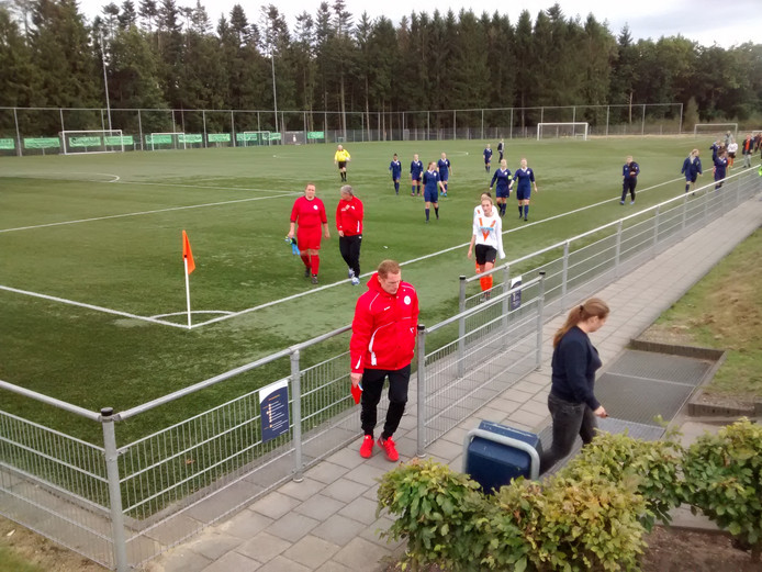 De speelsters van Victoria Boys en Fortuna Wormerveer zoeken de kleedkamer op bij een 0-6 ruststand.