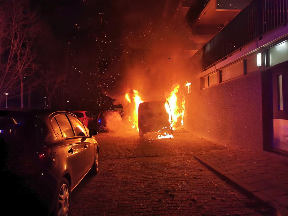 Een autobrand aan de Pomona in Wageningen.