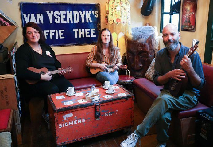 De oprichters van de Ukeleleclub , Daniëlle van de Wege, Nathalie Huigen en Menno Vink in muziekcafé Luwak