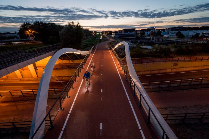ENSCHEDE - Verlichting aanbrengen in DNA brug fietsbrug over auke vleerstraat. f35 fietssnelweg    EDITIE: ENSCHEDE FOTO: Emiel Muijderman EVM20170801