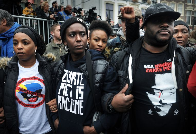 2014 Geert Wilders doet omstreden uitspraak 'minder, minder' (Marokkanen), 'gaan we regelen'. Daartegen komen 6.400 aangiften. AIVD meldt dat de strijd in Syrië de oorzaak is voor een wedergeboorte van het jihadisme in Nederland en de rest van Europa. Rechtbank Amsterdam vonnist dat Zwarte Piet discriminerend is voor zwarte mensen. Beeld Marcel van den Bergh / de Volkskrant