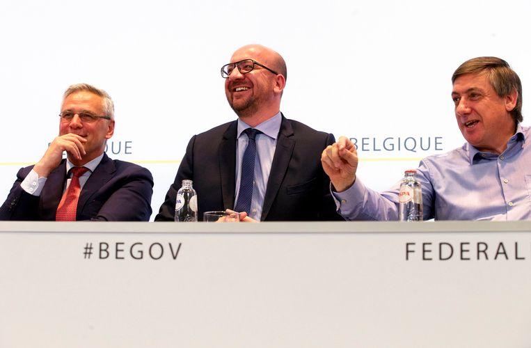 Premier Charles Michel (MR), geflankeerd door vicepremiers Kris Peeters (CD&V) en Jan Jambon (N-VA).