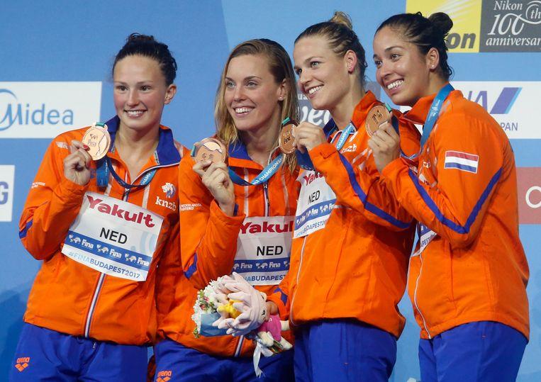 Het Nederlandse estafetteteam op de 4 x 100 meter vrije slag poseert met hun bronzen medaille op het WK in Boedapest. Van links naar rechts: Kim Busch, Femke Heemskerk, Maud van der Meer en Ranomi Kromowidjojo.  Beeld AP