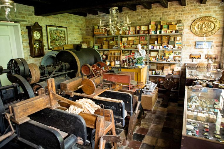 De tabakswinkel in het openluchtmuseum Bachten de Kupe toont hoe rookwaren vroeger gemaakt werden.