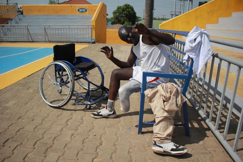 Juma Abiat is rolstoelbasketballer in Zuid-Soedan. Hij verloor zijn onderbeen na een slangenbeet.