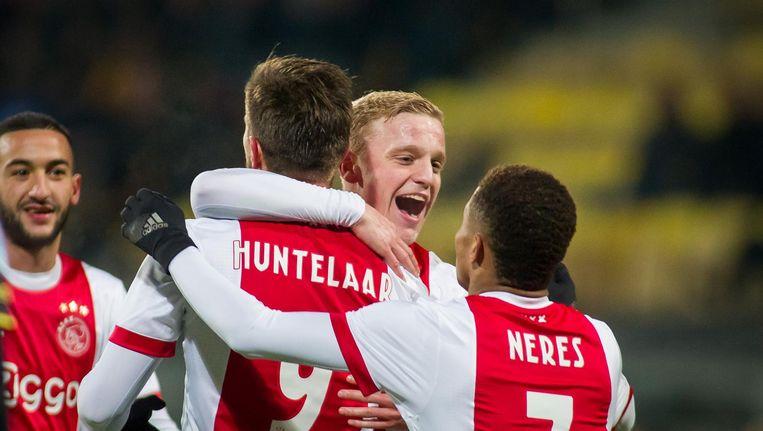Feest na de 1-3 van Klaas-Jan Huntelaar. Beeld Pro Shots / Peter van Ninhuys
