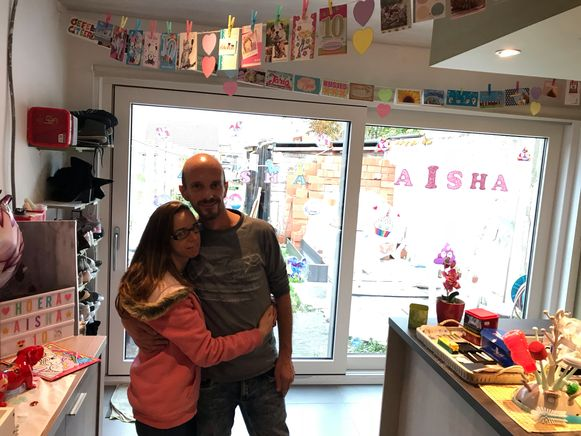 Veel van het plafond zie je niet meer in de keuken en woonkamer van Nathalie Caenepeel en pluspapa Juan Lazou. Overal hangen verjaardagskaartjes voor Aïsha, die op 17 november 10 jaar wordt.