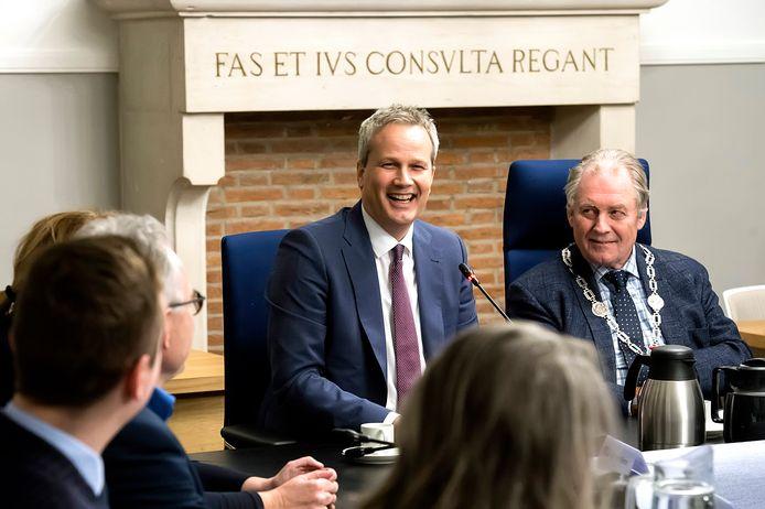 Lachende gezichten tijdens de eerste kennismaking met nieuwe burgemeester van Hilvarenbeek Evert Weys. Rechts van hem waarnemend burgemeester Harrie Nuijten.