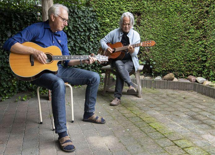 George Hudepohl (links) en Ronny Cloesmeijer, Organisatie Gitaar Café. Dat begint weer in Borne.