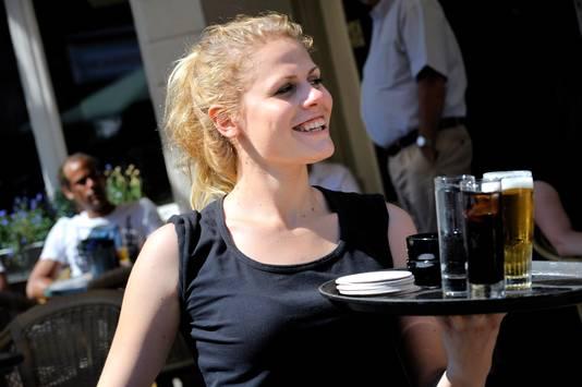 Met een lach op het gezicht worden de mensen op de terrasen in Roosendaal bediend.