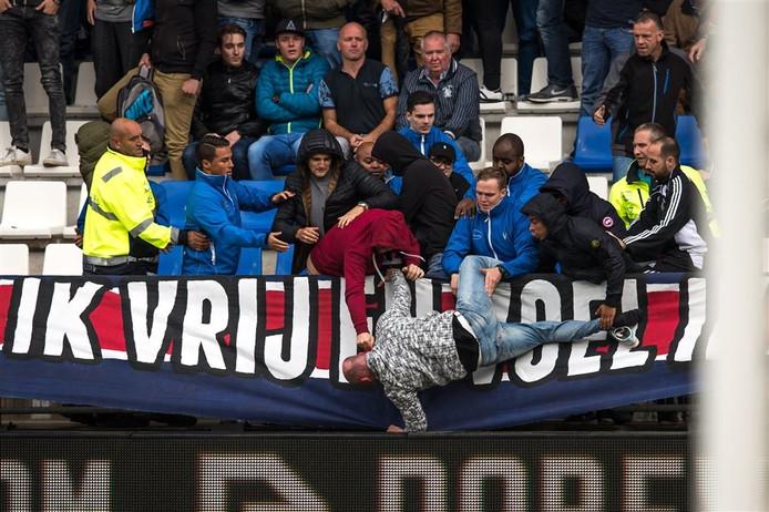 Een Feyenoordsupporter werd over de reling geduwd.