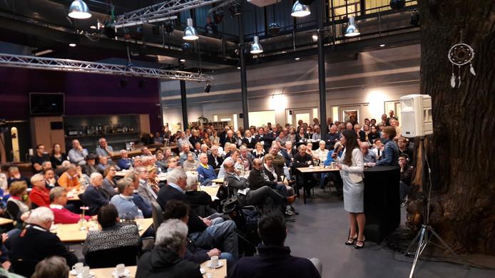 Gedeputeerde Anne-Marie Spierings (met microfoon) tijdens een bijeenkomst in april in Nuenen over de fusie met Eindhoven.