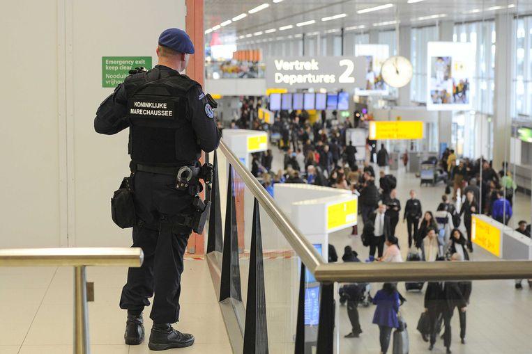 Een agent van de Nederlandse politiedienst Koninklijke Marechaussee op Nederlands grootste luchthaven Schiphol, nabij Amsterdam.